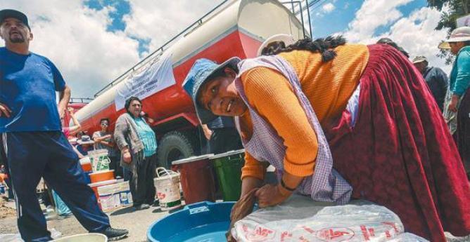 emergencia por el agua vecinos de la paz reclaman solución a la falta del líquido Vecinos de la zona sur de La Paz salieron con turriles y baldes para recibir el líquido vital