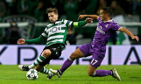 El jugador del Sporting Adrien Silva (i) disputa el balón con Lucas Vázquez (d), del Real Madrid.