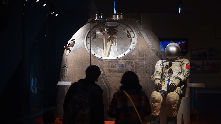 Visitantes de una exposición en Pekín contemplan el traje espacial de Yang Liwei, primer astronauta chino en viajar al espacio, el 1 de marzo de 2016.
