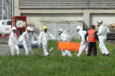 Autoridades transportan los cuerpos del avión accidentado de Lamia, en el hangar de la Gobernación de Antioquia en Medellín. Foto: EFE