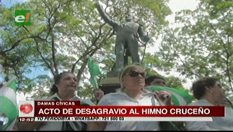 Damas cívicas realizan acto de desagravio al himno cruceño en la plaza 24 de Septiembre