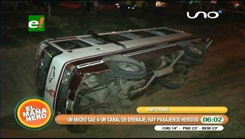 Micro cae a un canal de drenaje, hay pasajeros heridos
