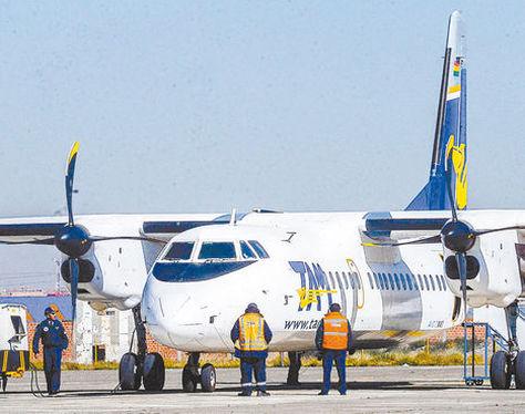 Usuarios descienden de un avión del TAM en el aeropuerto de Guayaramerín. Foto: AFKA-Archivo.