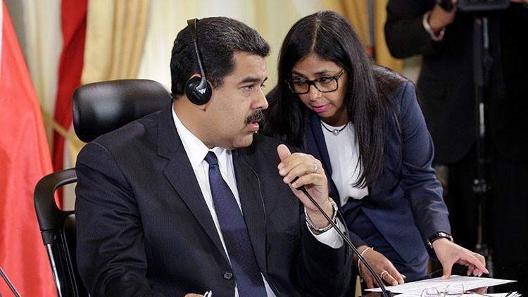 El presidente venezolano Nicolás Maduro conversa con la canciller de su país Delcy Rodríguez durante un evento oficial realizado en el Palacio de Miraflores en Caracas. 5 de diciembre de 2016.