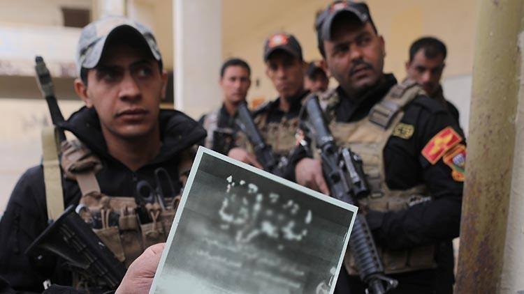 Un soldado iraquí muestra un libro escolar publicado por el Estado islámico, Mosul, Irak, 16 de noviembre de 2016