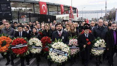 Homenajes a las víctimas de la explosión en las inmediaciones del estadio Besiktas Vodafone Arena (Getty Images)