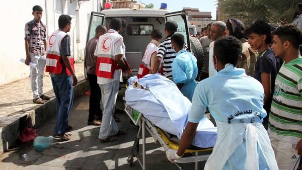 Médicos transportan a las víctimas del atentado ocurrido en Adén, al sur de Yemen. Foto: AFP / Saleh Al-Obeidi.