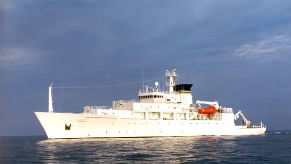 El buque oceanográfico USNS Bowditch, que intentaba recuperar el dron submarino estadounidense. (AP)