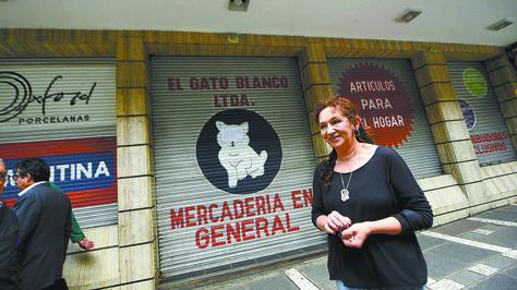 """Sandra Asbún se para delante de la última ubicación de la tienda """"El Gato Blanco"""", en el Shopping Norte. Foto: Wara Vargas"""