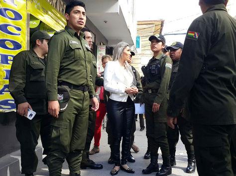 Zapata, bajo custodia policial, abandona tribunales en La Paz