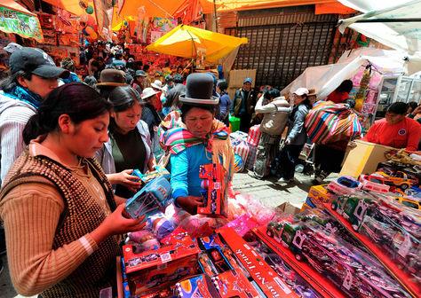Personas realizando sus compras de Navidad. Foto: La Razón