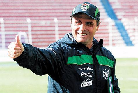 El DT Hoyos durante un entrenamiento de la selección boliviana en el estadio Hernando Siles. Foto: Archivo APG