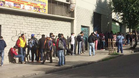Hinchas de Bolívar y The Strongest hacen filas en puertas del estadio Hernando Siles. Foto: Caleb Montero