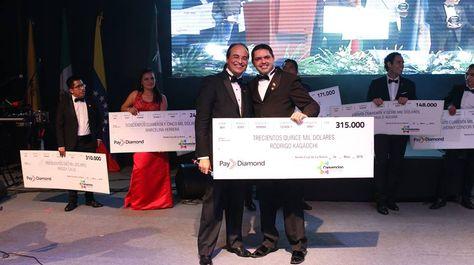 El presidente y fundador del modelo de negocios, Carlos Luiz, y un beneficiario en el evento de Santa Cruz, en junio de este año.
