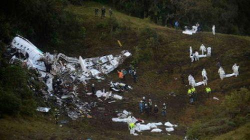 Rescatistas buscan sobrevivientes entre los escombros del avión de la empresa Lamia que se estrelló la madrugada de este martes en Medellìn. Foto: AFP