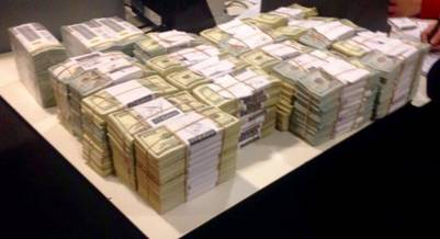Los dólares que la Justicia le secuestró a Florencia Kirchner. Foto Clarín.