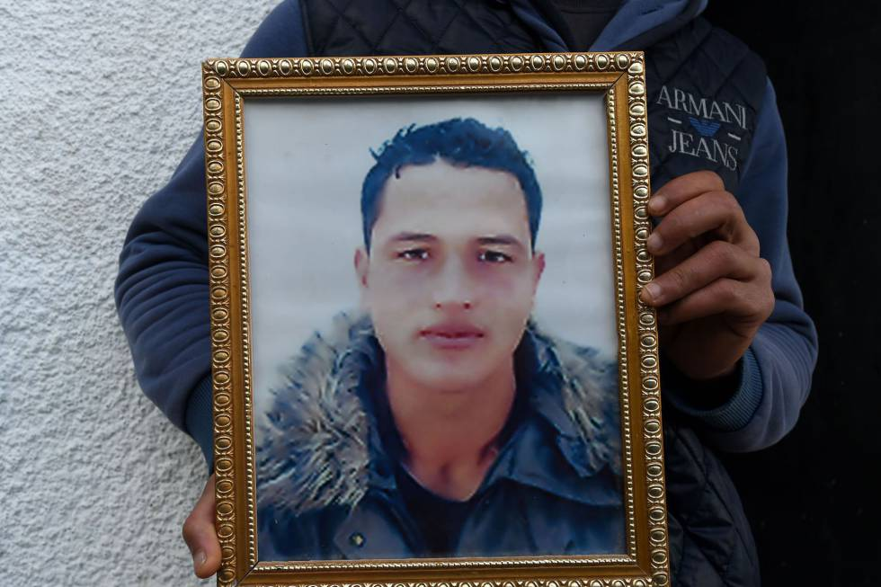 Walid Amri, hermano de Anis Amri, posa con una foto del principal sospechoso del atentado de Berlín en su casa en Túnez.