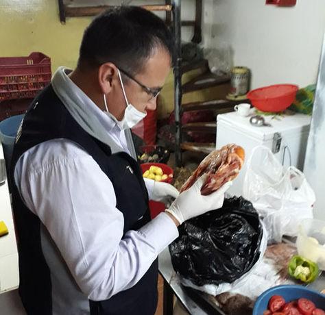 Un funcionario del Viceministerio de Defensa del Consumidor verifica el estado de los alimentos en un restaurante. Foto. VDdC