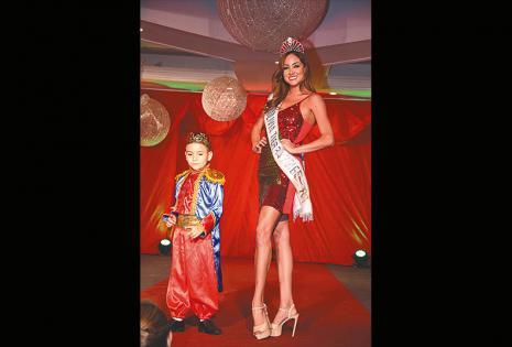 EN EL SHOW. También estuvieron presentes las reinas de belleza del país, que desfilaron con los niños