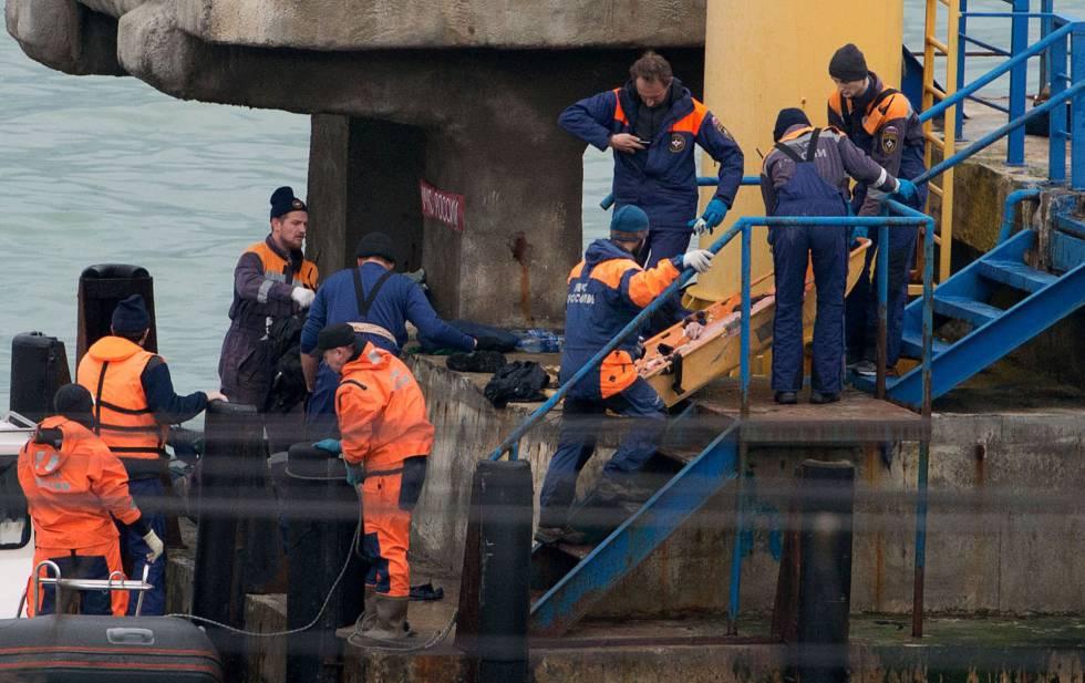 El Ministerio de Defensa de Rusia informó de que en el avión Tu-154 que se estrelló en las aguas del mar Negro cuando se dirigía a Siria viajaban 64 integrantes del mundialmente conocido coro y conjunto de danza Alexándrov. En la imagen, personal de rescate recuperan el cadáver de uno de los pasajeros del avión ruso, el 25 de diciembre de 2016.