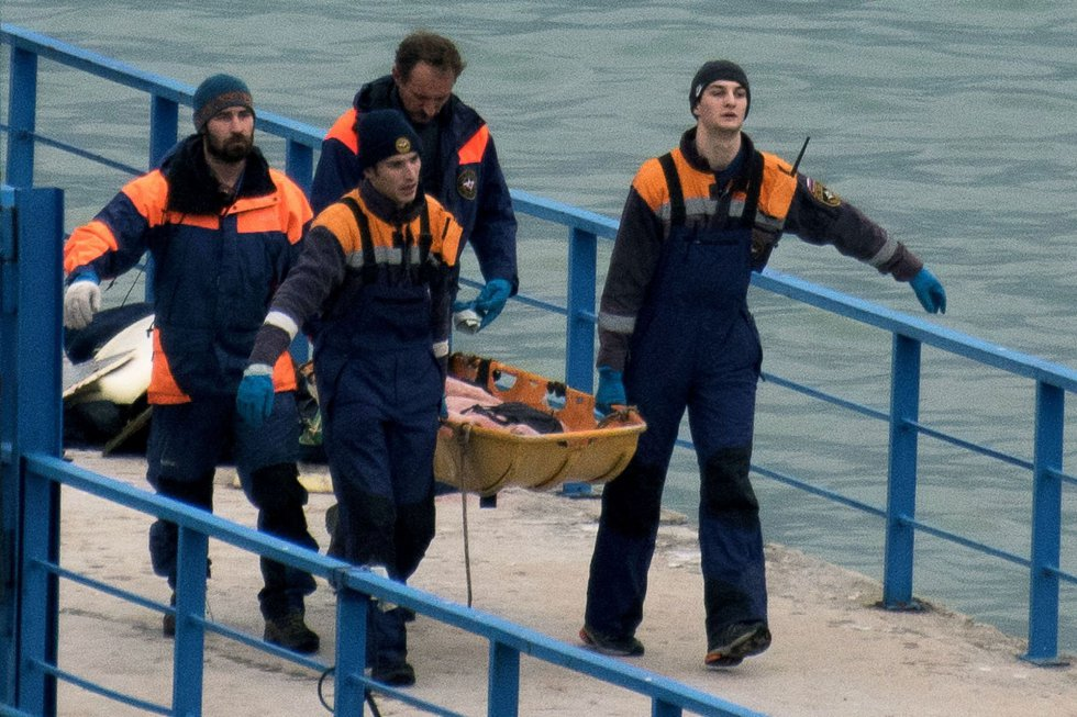 Los artistas iban a participar en las festividades de Año Nuevo en la base aérea siria de Jmeimim, donde Rusia tiene desplegada una agrupación de aviones de guerra. En la imagen, uno de los cadáveres tras ser recuperado en el mar Negro, el 25 de diciembre de 2016.