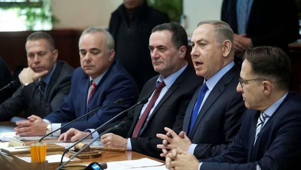 Benjamin Netanyahu (segundo desde la izquierda), durante una reunión de gabinete hoy en Jerusalén (foto de Dan Balilty, AP)