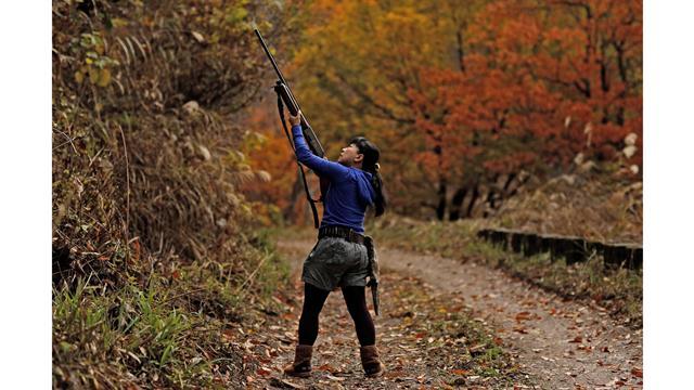 La cazadora Masami Hata dispara a un pato en Hakusan, prefectura de Ishikawa