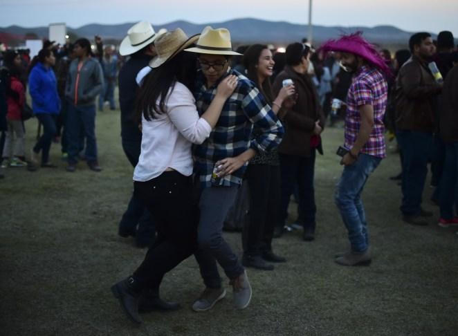 Algunos de los invitados en el evento en San Luis Potosí viralizado en redes sociales (AFP)