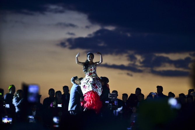Rubí llevada en alzas durante su fiesta (AFP)