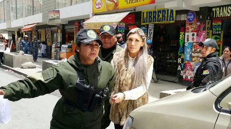 Gabriela Zapata sale de la audiencia de cesasión de detención preventiva este miércoles 28 de diciembre. Foto: Ángel Guarachi