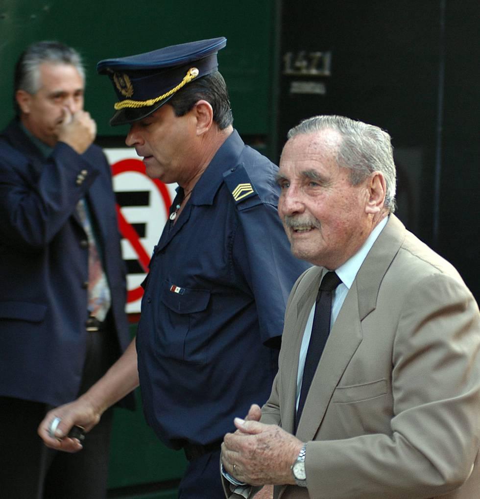 Gregorio Álvarez en 2007, citado a declarar ante la Justicia por delitos de lesa humanidad.