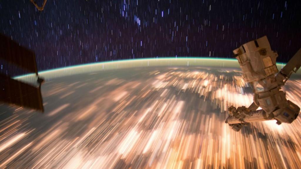 Las estrellas y las luces de la Tierra vistas desde la Estación espacial Internacional (NASA)