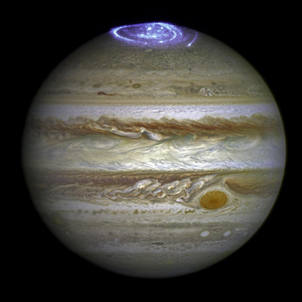 Una aurora en el polo norte de Júpiter, realizada mezclando una foto de 2014 del telescopio espacial Hubble con otra realizada con luz ultravioleta (NASA/ESA)