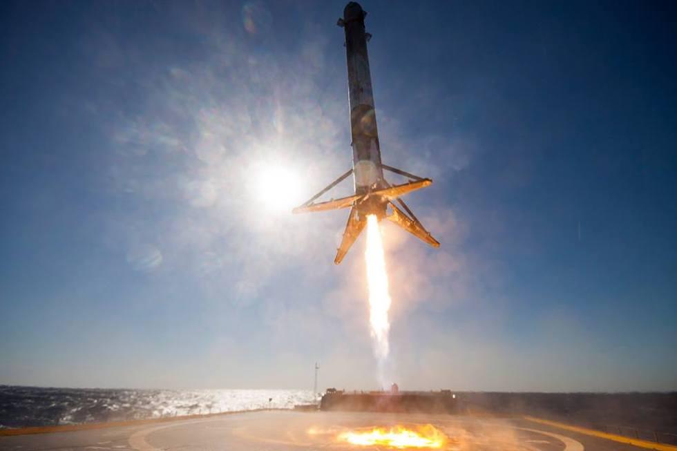 El 9 de abril pasado la empresa espacial privada Space X logró por primera vez hacer aterrizar un cohete Falcon 9 sobre una plataforma en el océano. Un paso fundamental para reducir los costos de los viajes espaciales (SpaceX)