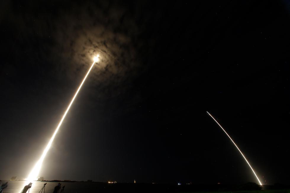 El segundo aterrizaje exitoso del cohete de Space X, Falcon 9 en Cabo Canaveral, Florida. La imagen muestra la linea dejada por el cohete al despegar y a la vuelta (AP Photo)