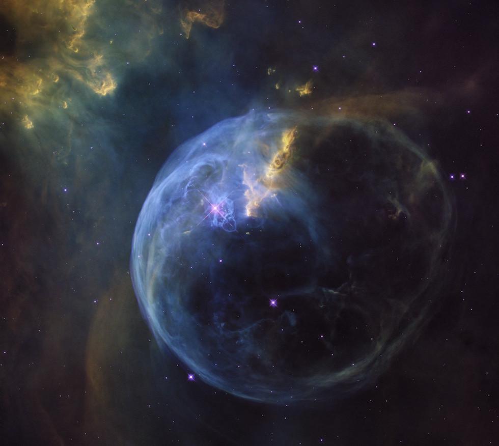 Foto de abril difundida por NASA y ESA que muestra la nebulosa de la Burbuja (NGC 7635), a 8 mil años luz de la Tierra. La nueva imagen mostró muchos detalles inéditos. La burbuja tiene un diámetro de 10 mil años luz y crece a una velocidad de 100 mil kilómetros por hora. (ESA – NASA – Hubble)