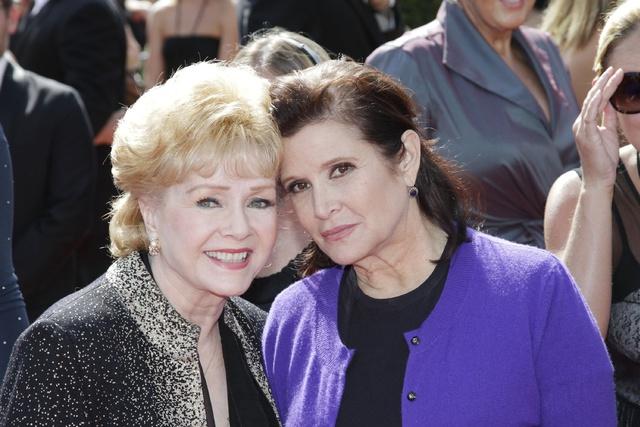 Debbie Reynolds junto a su hija, Carrie Fisher, en los Daytime Emmy de 2011.