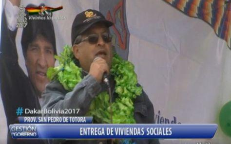 El viceministro de Vivienda y Urbanismo, Bony Morales, en la entrega de viviendas en Totora, Oruro.