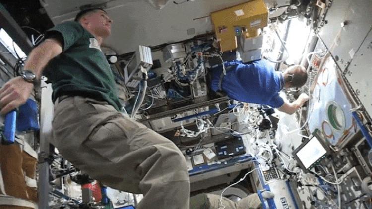 Los tripulantes de la EEI 'detienen el tiempo' en un espectacular video