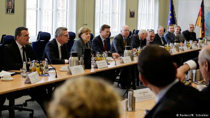 Deutschland Gemeinsames Terrorismusabwehrzentrum Angela Merkel und Thomas de Maizière (Reuters/M. Schreiber)