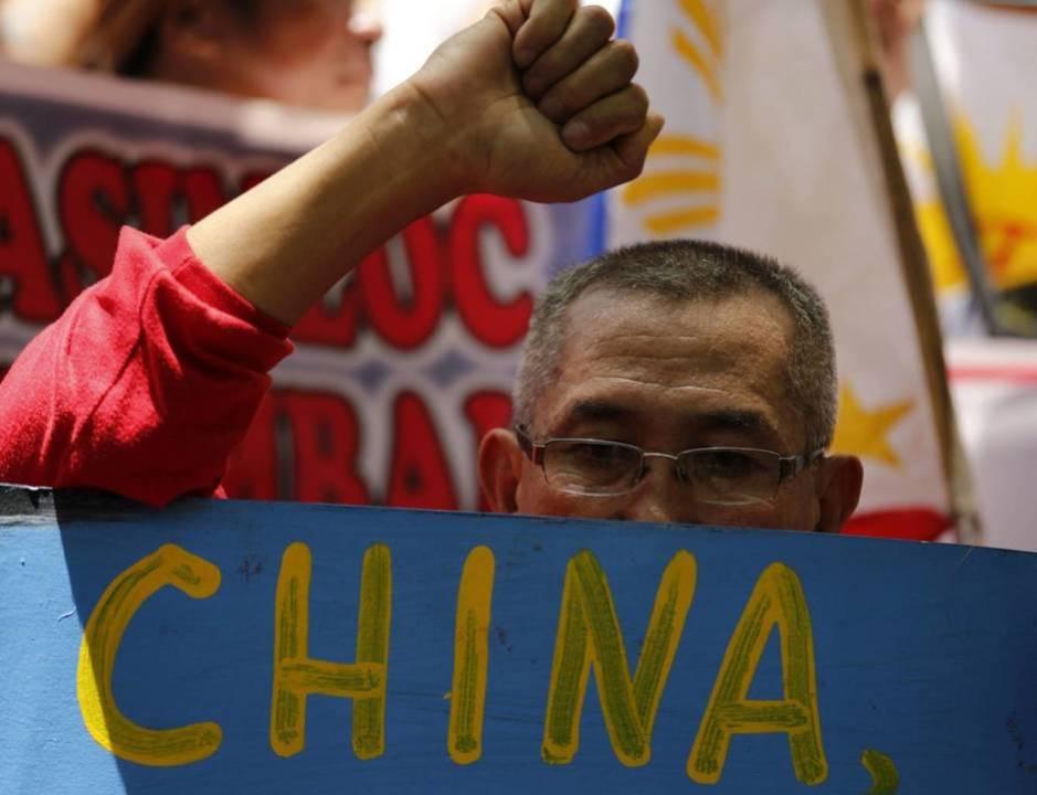 Manifestantes filipinos protestan contra las reclamaciones territoriales de China por la disputa del grupo de islas Spratly, el 12 de Julio de 2016 (EFE)