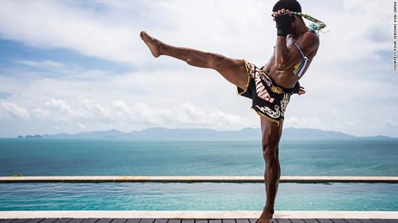 Perfeccionar la patada voladora Muay Thai es mucho más divertido que la vista del mar