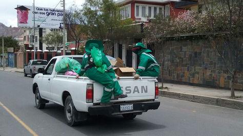 Trabajadores de La Paz Limpia recogen basura en una camioneta