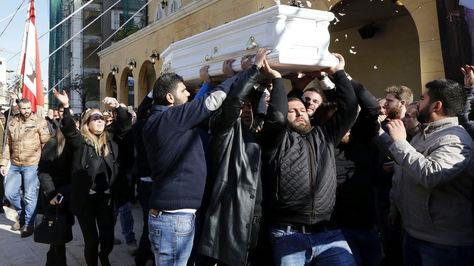 Familiares y amigos del libanés Elias Wardini, que falleció en el atentado a un club nocturno en Estambul.