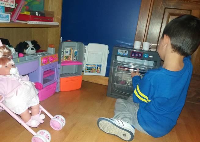 El hijo de Mónica juega con sus cocinas en la habitación. (M. A.)