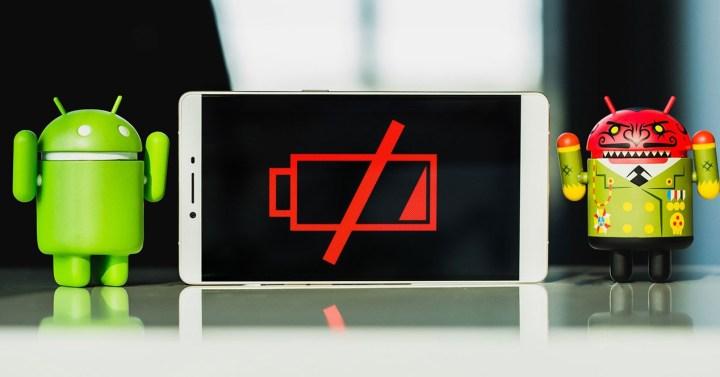 dos android con un móvil en medio sin bateria