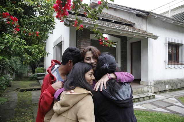Fabiana junto a sus tres hijos, en San Isidro