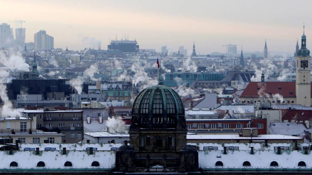 Foto: Chimeneas en Praga, República Checa, donde fallecieron tres personas a causa del frío esta semana. (Reuters)