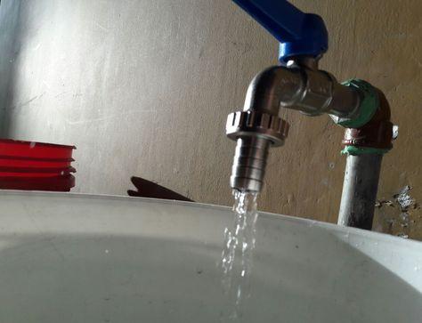 Vecinos se dotan de agua durante los horarios de establecidos por EPSAS en La Paz. Foto: La Razón