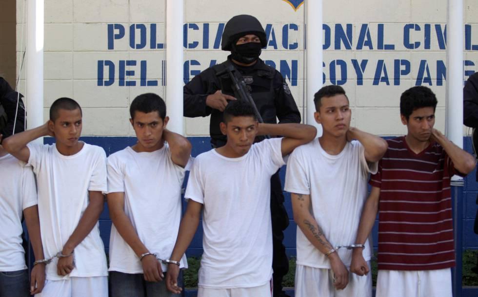 Miembros de la Mara Salvatrucha tras su detención, en diciembre.